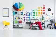 Camera da letto spaziosa del ` s del bambino dell'arcobaleno Immagini Stock Libere da Diritti