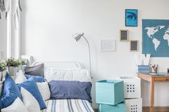 Camera da letto teenager progettata del ragazzo Immagini Stock