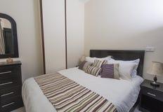 Camera da letto in un appartamento Fotografia Stock