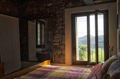 Camera da letto in un appartamento di lusso Immagine Stock