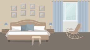 Camera da letto in un colore beige con il letto e la sedia di oscillazione Fotografia Stock