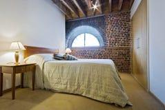 Camera da letto in una conversione del magazzino Immagini Stock Libere da Diritti