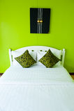 Camera da letto verde in una casa moderna Fotografia Stock Libera da Diritti