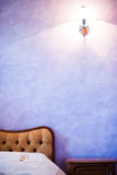 Camera da letto viola Fotografie Stock Libere da Diritti