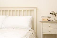 Camera da letto vuota con i libri su nightstand Immagini Stock Libere da Diritti