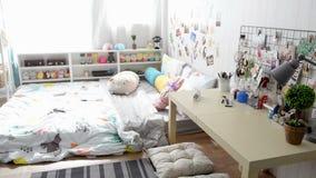 Camera da letto vuota delle femmine con il letto, la tavola e la mobilia video d archivio