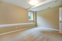 Camera da letto vuota luminosa nel tono leggero dell'avorio Immagine Stock