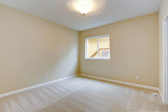 Camera da letto vuota luminosa nel tono leggero dell'avorio Fotografie Stock Libere da Diritti