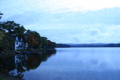 Camera da un lago Fotografia Stock Libera da Diritti