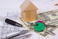 Camera dei blocchi, delle valute dollaro e degli accessori di legno per il disegno, concetto di costruzione della casa Fotografie Stock