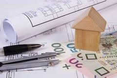 Camera dei blocchi di legno, dei soldi polacchi e degli accessori per il disegno, concetto di costruzione della casa Fotografie Stock Libere da Diritti