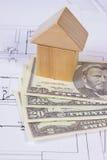 Camera dei blocchi e del dollaro di legno sul disegno di costruzione, concetto di valute della casa della costruzione Fotografie Stock Libere da Diritti