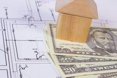 Camera dei blocchi e del dollaro di legno sul disegno di costruzione, concetto di valute della casa della costruzione Immagini Stock Libere da Diritti