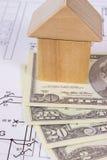 Camera dei blocchi e del dollaro di legno sul disegno di costruzione, concetto di valute della casa della costruzione Fotografia Stock Libera da Diritti