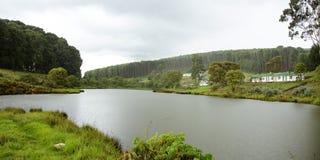 Camera dell'azienda agricola su Misty Mountains fotografia stock libera da diritti