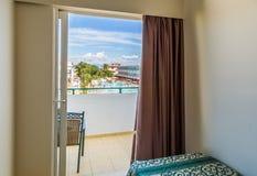 Camera di albergo con il letto e la piscina di vista Immagini Stock Libere da Diritti
