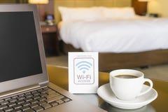Camera di albergo con il segno di accesso di wifi Immagine Stock