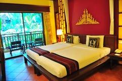 Camera di albergo con le basi gemellare fotografia stock
