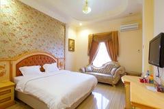 Camera di albergo del letto a due piazze Fotografie Stock Libere da Diritti