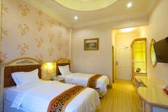 Camera di albergo del letto gemellato Immagini Stock Libere da Diritti