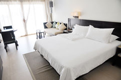 Camera di albergo del ricorso con la base di formato del re Fotografia Stock