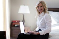 Camera di albergo di Working At The della donna di affari Immagini Stock Libere da Diritti
