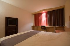 Camera di albergo moderna Fotografie Stock Libere da Diritti