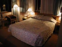 Camera di albergo tipica di media scadenza Immagini Stock Libere da Diritti