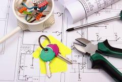 Camera di carta gialla, delle chiavi, della scatola elettrica e del disegno di costruzione Immagini Stock Libere da Diritti