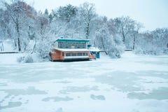 Camera di galleggiamento su un lago congelato fotografie stock