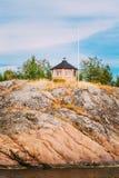 Camera di legno dell'allerta finlandese gialla sull'isola dentro Fotografia Stock Libera da Diritti