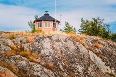 Camera di legno dell'allerta finlandese gialla sull'isola dentro Fotografie Stock