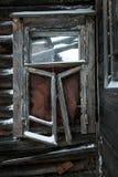 Camera di legno rovinata Le rovine di vecchia casa Casa di legno nel villaggio Rovina nel villaggio fotografia stock libera da diritti