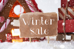 Camera di pan di zenzero con la slitta, fiocchi di neve, vendita di inverno del testo Immagine Stock