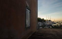 Camera di spiaggia con la fine della finestra su fotografia stock libera da diritti