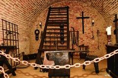Camera di tortura di inquisizione Vecchia camera di tortura medievale con molti strumenti di dolore Fotografie Stock Libere da Diritti