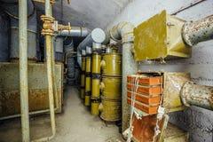 Camera di ventilazione in bunker sovietico abbandonato Attrezzatura arrugginita di ventilazione del filtro Immagini Stock