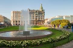 Camera di Zinger sulla prospettiva di Nevsky e sulla fontana sulla priorità alta, St Petersburg, Russia Immagine Stock