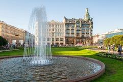 Camera di Zinger sulla prospettiva di Nevsky nel centro della città e della fontana sulla priorità alta, St Petersburg, Russia Fotografie Stock