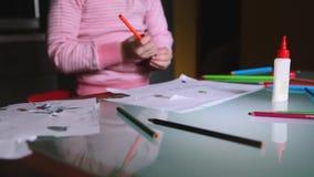 Camera die net het tonen van weinig Europees meisjeskind glijden in roze sweater die een potlood nemen om bij lijst met kantoorbe stock videobeelden