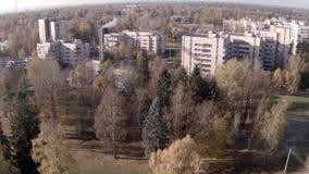 Camera die over de stad in de herfst vliegen stock videobeelden
