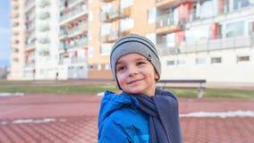 Camera die zich rond glimlachende jongen bewegen stock video