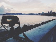 Camera die zonsondergang fotograferen bij strand Royalty-vrije Stock Foto
