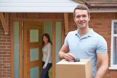 Camera domestica di Delivering Package To del corriere immagine stock libera da diritti