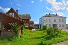 Camera e camere con un arco del monastero nella regione di Tver', Russia di Voznesensky Orshin Fotografia Stock
