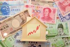 Camera e soldi con il grafico di riserva Fotografia Stock