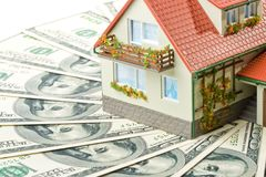 Camera e soldi miniatura. Fotografie Stock