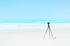 Camera en driepoot op de witte foto van het strandlandschap Stock Foto