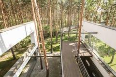 Camera esteriore con il terrazzo di legno Fotografie Stock Libere da Diritti