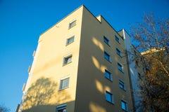 Camera gialla a Monaco di Baviera, cielo blu Immagini Stock Libere da Diritti